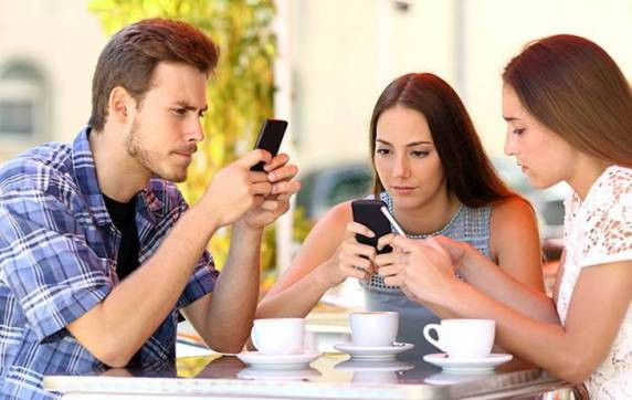 식당 앞 스마트폰
